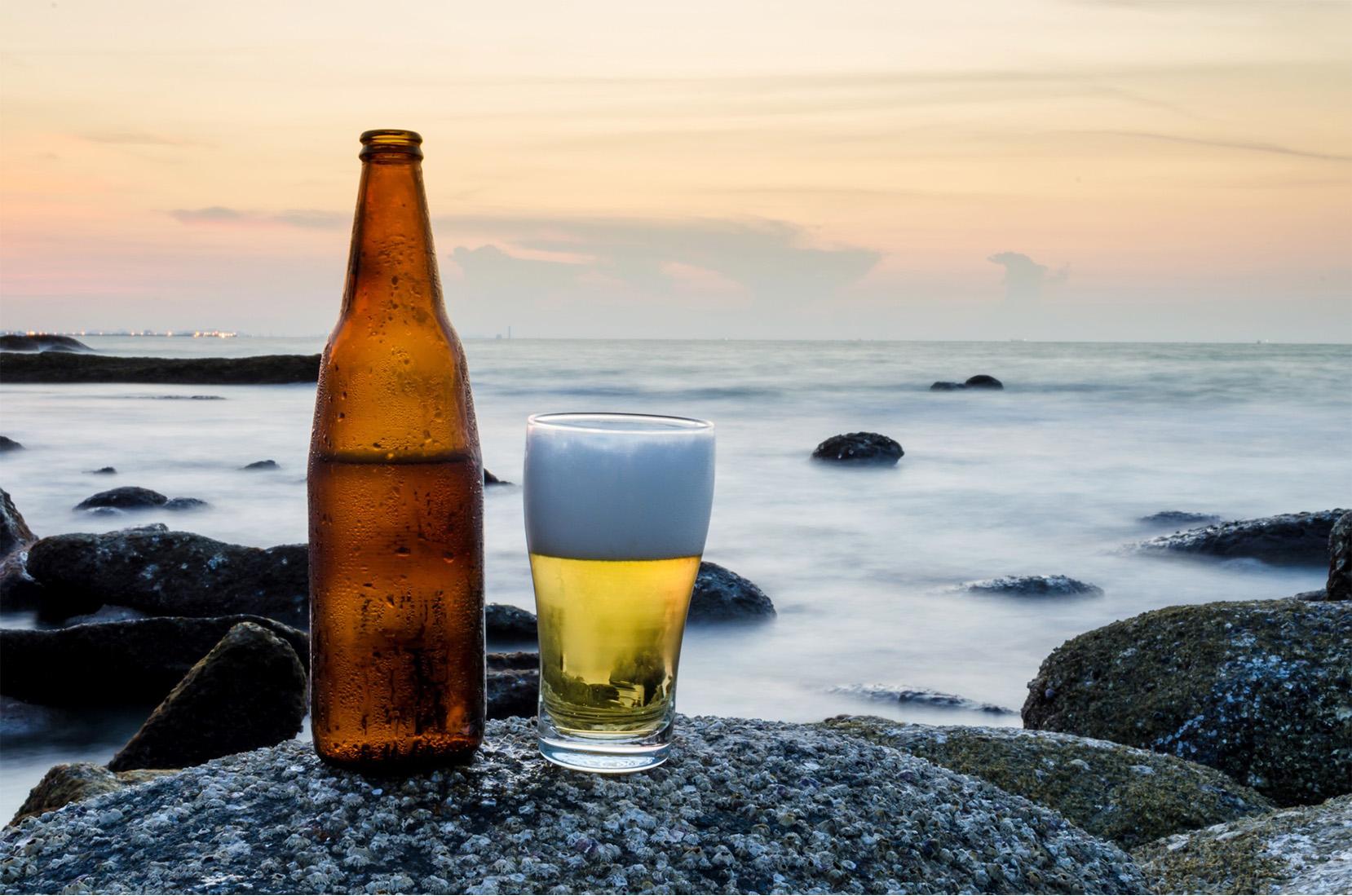 Bière fraîche prise face à la mer